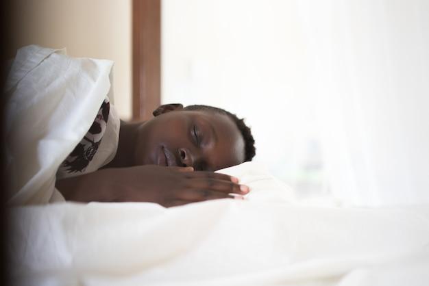 Zwart meisje in bed