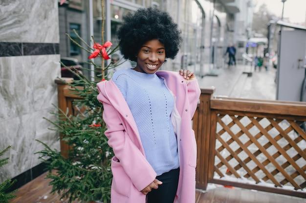 Zwart meisje in een stad