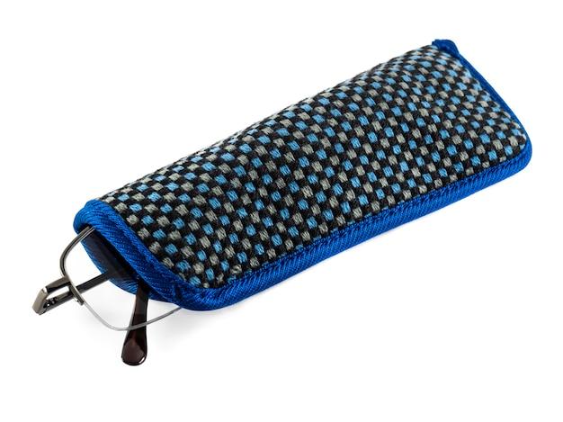 Zwart metalen bril in een blauwe lappenkoker