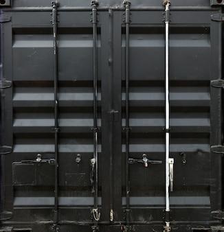 Zwart metalen deur van vrachtcontainer