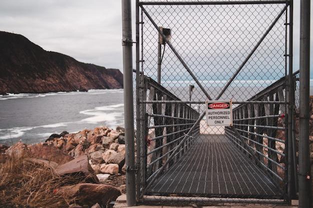 Zwart metalen hek gesloten