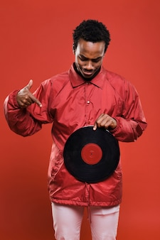 Zwart model poseren met vinyls