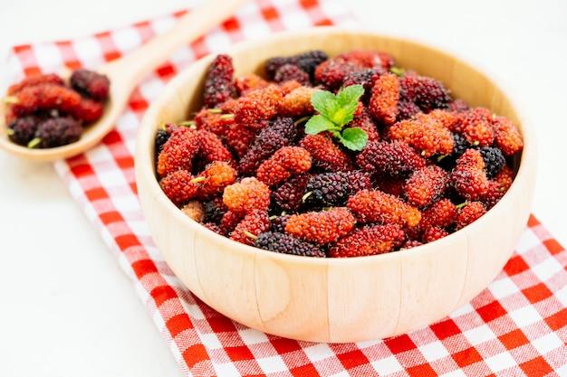 Zwart moerbeiboomfruit in kom