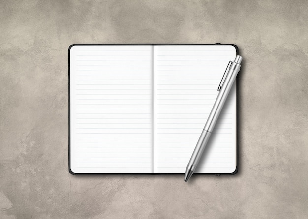 Zwart open bekleed notitieboekjemodel met een pen die op concrete achtergrond wordt geïsoleerd