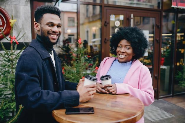Zwart paar in een stad