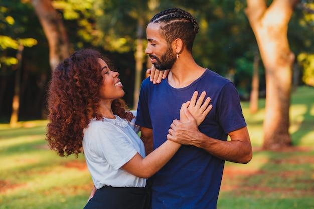 Zwart paar in het park verliefd. gepassioneerd stel geliefden