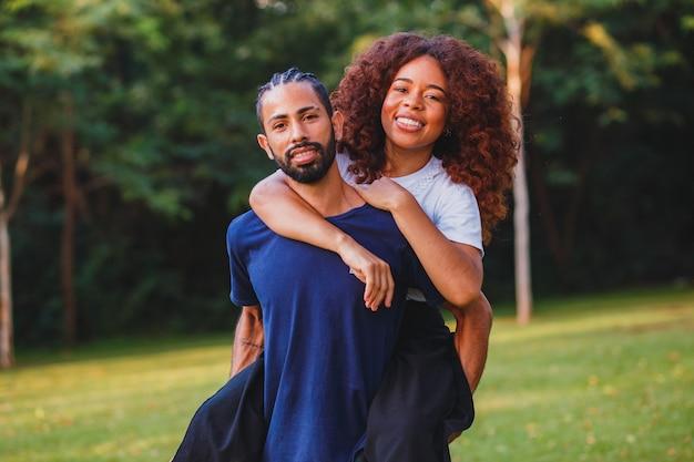 Zwart paar in het park verliefd. gepassioneerd stel geliefden Premium Foto