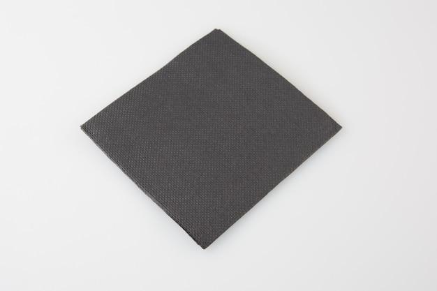 Zwart papieren servet geïsoleerd op wit
