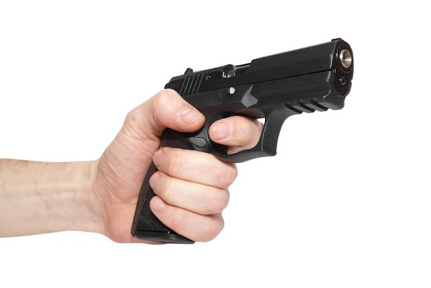 Zwart pistool in een hand geïsoleerd op een witte achtergrond
