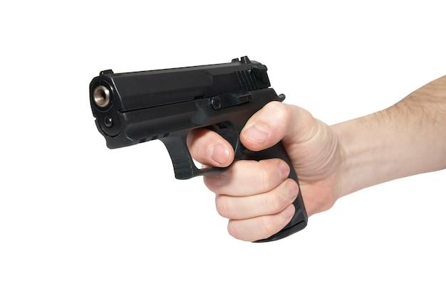 Zwart pistool in een hand geïsoleerd op wit