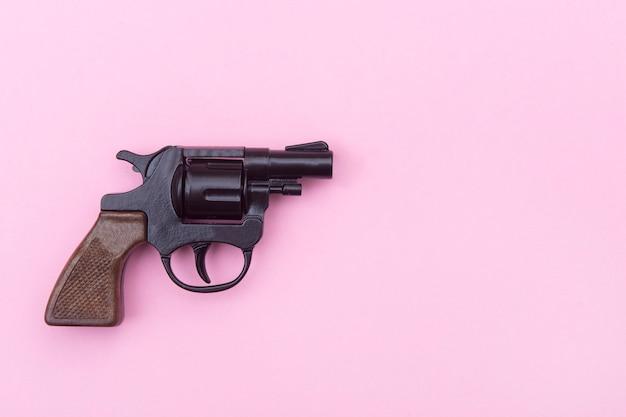 Zwart pistool op een roze.