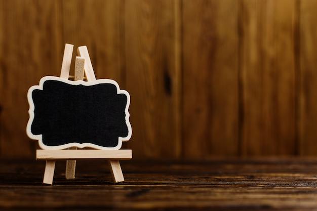 Zwart plaatframe op de mini-ezel.