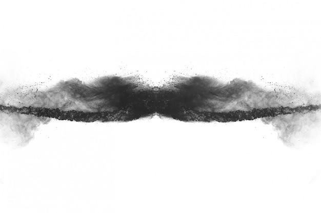Zwart poeder explosie op witte achtergrond.