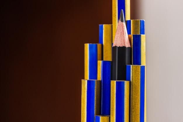 Zwart potlood in groepskleurpotloden ander concept