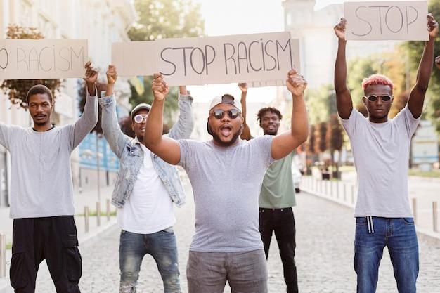 Zwart protest tegen levende materie
