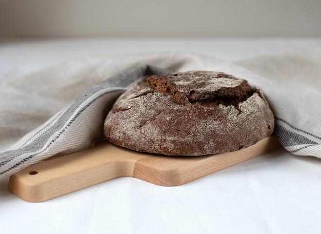 Zwart roggebrood op een houten bord