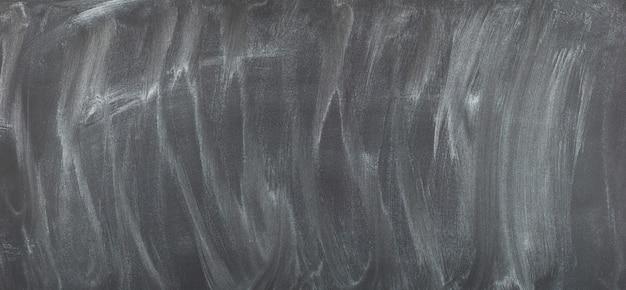 Zwart schoolbord met wazig krijt. schoolbord achtergrond