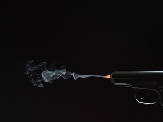 Zwart silhouet van een pistool met rook