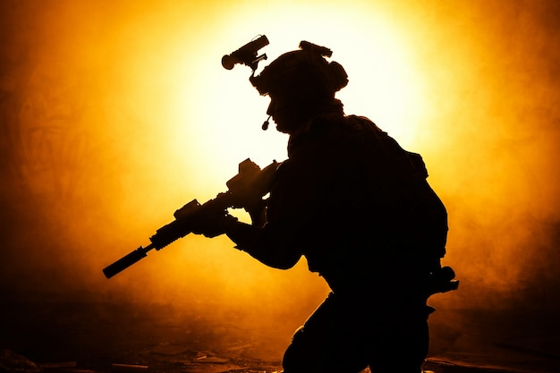 Zwart silhouet van soldaten