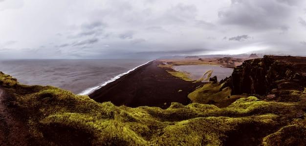 Zwart strand gezichtspunt in reynisfjara, ijsland