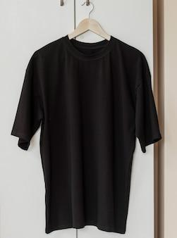 Zwart t-shirt op hanger klaar voor je eigen afbeeldingen
