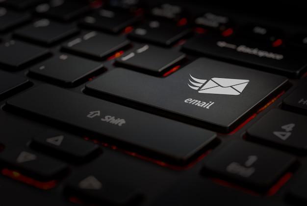 Zwart toetsenbord, pictogram e-mail in sleutel invoeren