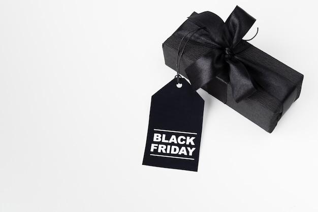 Zwart verpakt cadeau met zwarte vrijdag-tag