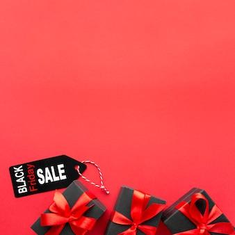 Zwart vrijdagassortiment op rode achtergrond met exemplaarruimte