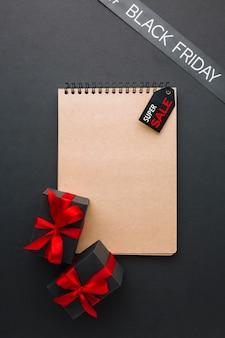 Zwart vrijdagconcept met notitieboekjemodel