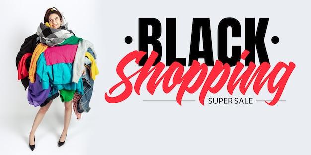 Zwart winkelfinanciënconcept vrouw verslaafd aan verkoop en kleding