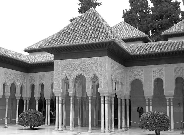 Zwart-wit beeld van het alhambra unesco-werelderfgoed in granada, andalusië, spanje