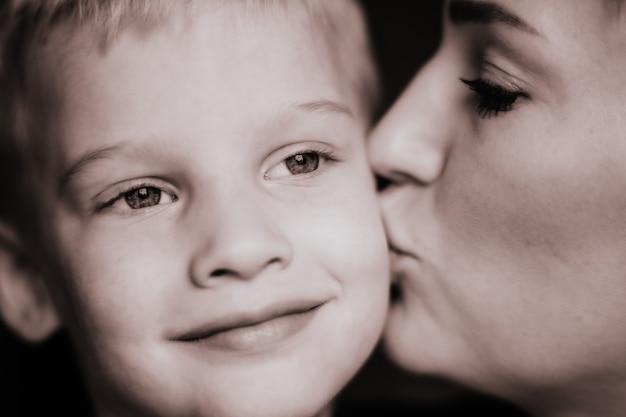 Zwart-wit close-up portret van jonge blanke vrouw en zoontje