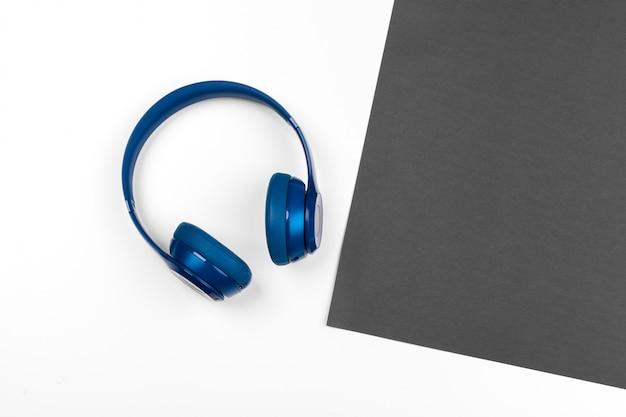 Zwart-wit compositie met stijlvolle koptelefoon, plat leggen