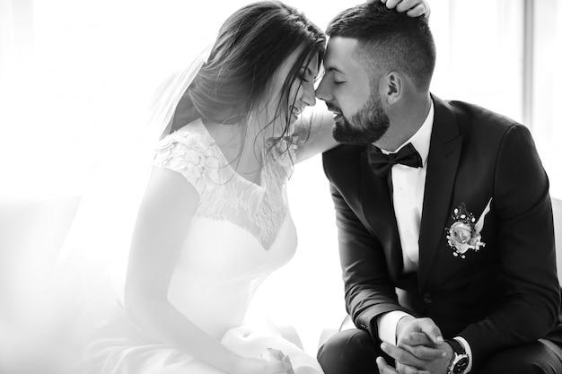 Zwart-wit foto. jong bruidspaar genieten van romantische momenten.