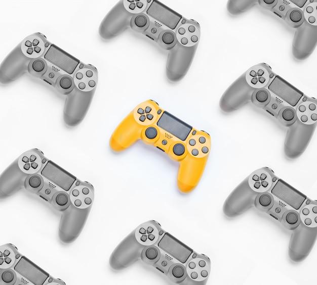 Zwart-wit foto met selectieve gele kleur, veel gamepads. game-werkruimte.