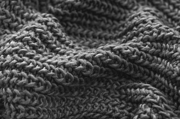 Zwart-wit gebreide stoffenclose-up. gebreide wollen achtergrond. handgemaakt.