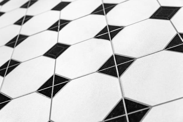 Zwart-wit gekleurde mozaïektegels als achtergrond. sluit schoonmakende zwart-witte van de de douchemuur van mozaïektegels de textuurachtergrond
