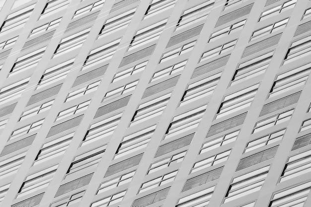 Zwart-wit glasvenster van eigentijdse wolkenkrabber