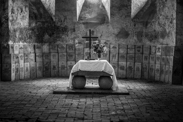Zwart-wit kerkinterieur