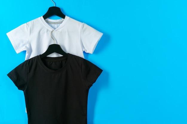 Zwart-wit kleur twee effen t-shirts, kopieer ruimte