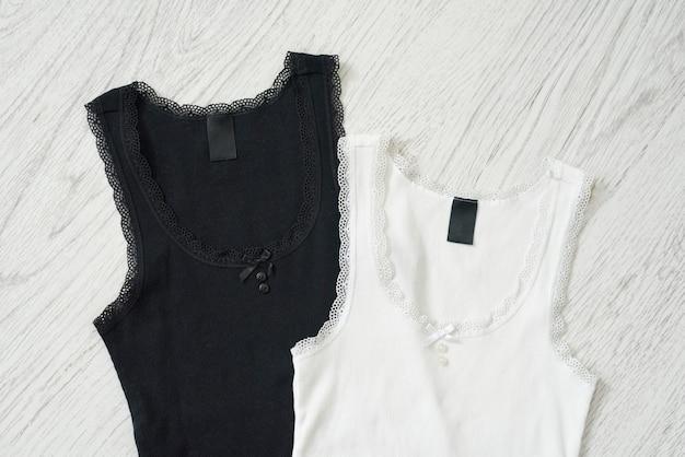 Zwart-wit mouwloos onderhemd op een houten achtergrond. modieus concept