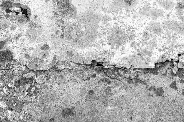 Zwart-wit patroon van roestige muur. metaalcorrosie, oud gebarsten oppervlak. achtergrond