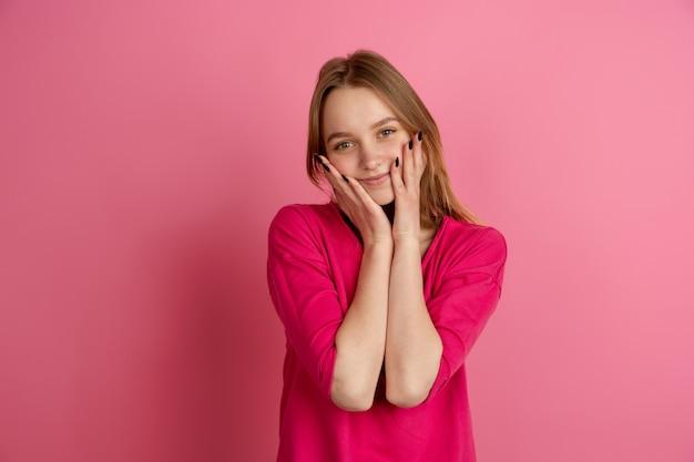 Zwart-wit portret van een jonge vrouw op roze achtergrond