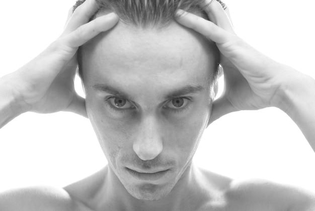 Zwart-wit portret van gespierde man geïsoleerd
