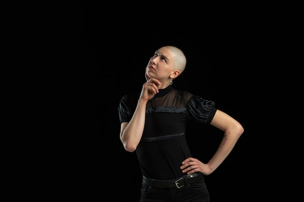 Zwart-wit portret van jonge blanke kale vrouw