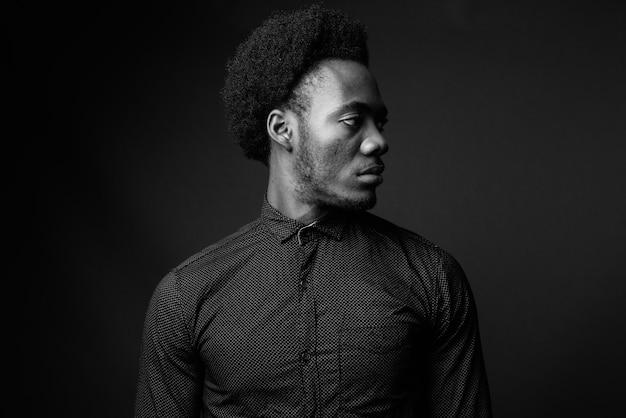 Zwart-wit portret van knappe afrikaanse man