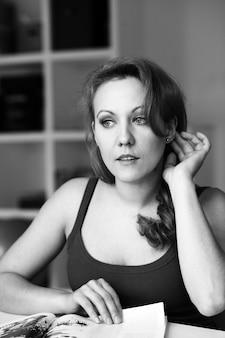 Zwart-wit portret van mooie vrouw op middelbare leeftijd