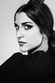 Zwart-wit portret van vrouw die camera bekijkt