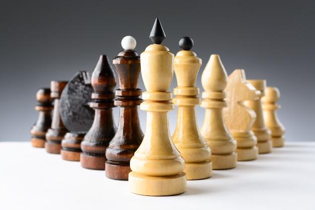 Zwart-wit schaakstukken op een tafel