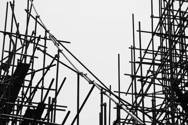 Zwart-wit silhouet van steigerelementen -